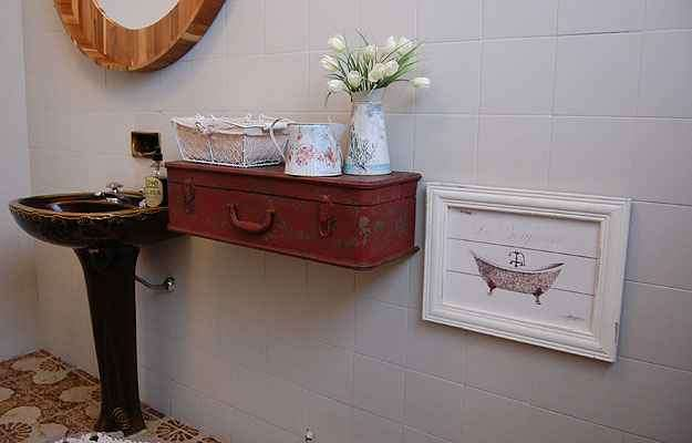 O arquiteto Marcos Nobre reaproveitou uma mala como suporte no banheiro, que pode guardar toalhas e sabonetes - Marcos Nobre/Divulgação