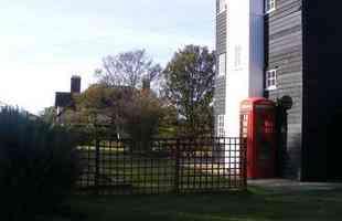 Antiga torre de água dá lugar a habitação inusitada no Reino Unido. A 'Casa nas Nuvens' é uma simpática residência que reaproveita caixa d'água desativada e mostra a criatividade dos arquitetos