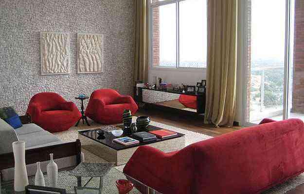Neste ambiente assinado pela arquiteta Maristela Faccioli, a mesa de centro e o aparador espelhados dão amplitude ao ambiente - Maristela Faccioli/Divulgação