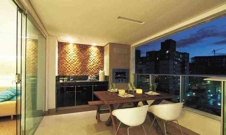 Neste espaço gourmet, Carmen Calixto apostou numa decoração mais despojada - Rodrigo Marcandier/Divulgação
