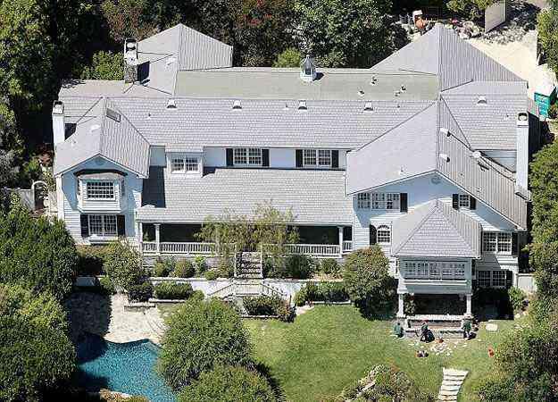 Menor que o antigo imóvel do ator, a residência em Beverly Hills agora é o novo lar da família - Move Inc/Reprodução