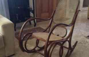 Desde as tradicionais, de palhinha, até as mais modernas, cadeiras de balanço atravessam gerações e até ganham releituras sem perder a função de dar afeto e aconchego à decoração. Na foto, o móvel na casa do professor universitário Cristiano Machado