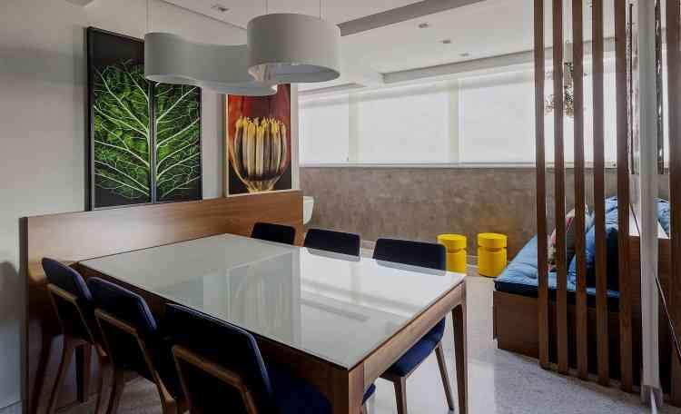Em outra proposta de Carmen Calixto, a presença da madeira, na marcenaria e móveis, e os quadros com fotos de árvore e flor levam um pouco da natureza para o lar - Henrique Queiroga/Divulgação
