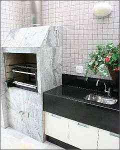 A churrasqueira tem um ármario do lado, com bancada e pia. É usado para guardar espetos e outro objetos para o preparo do churrasco -