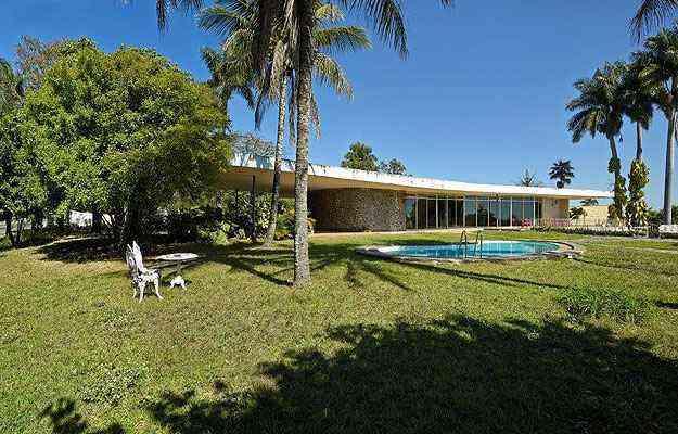A casa está situada sobre um terreno plano e se abre para o jardim posterior e a piscina - Jomar Bragança/Divulgação
