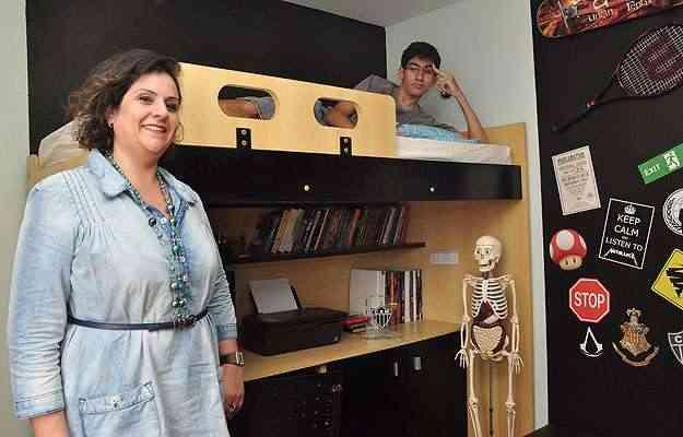 A designer de interiores Lídia Sucasas projetou beliche com escrivaninha para Gabriel, que adora o espaço para estudo - Eduardo Almeida/RA Studio