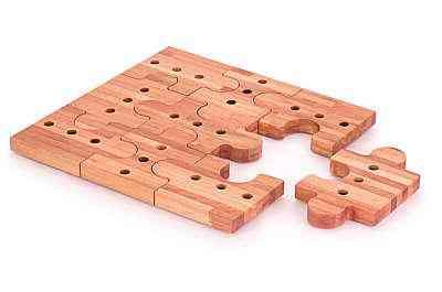 Deck para banheiro em formato de quebra-cabeça usa tipo de eucalipto tido como madeira nobre devido à sua resistência e beleza no acabamento - Origin/Divulgação