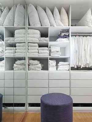 É importante ter nesse espaço uma poltrona ou pufe como suporte na hora de trocar roupas ou calçados - Gustavo Xavier/Divulgação
