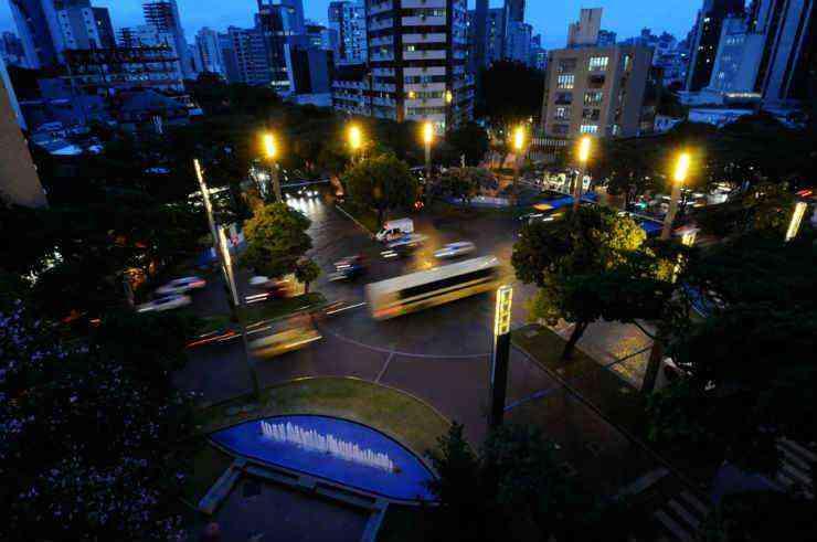 Praça Diogo de Vasconcelos passou por revitalização, e os quarteirões das ruas Pernambuco e Antônio de Albuquerque foram fechados e transformados em espaço de convivência  - Gladyston Rodrigues/EM/D.A Press