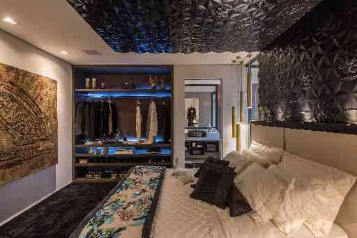 No quarto, a designer de interiores Laura Santos e a arquiteta Ivana Seabra apostaram na ousadia e deixaram o ambiente ainda mais chique com o preto - Daniel Mansur/Divulgação
