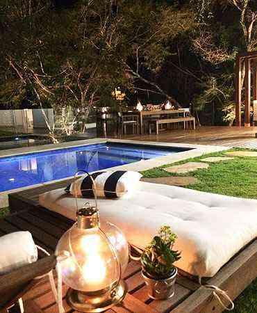 Para dar aconchego a esse espaço, a arquiteta Hosanna Rodrigues usou lamparina e futons - Hosanna Rodrigues Arquitetos & Associados/Divulgação