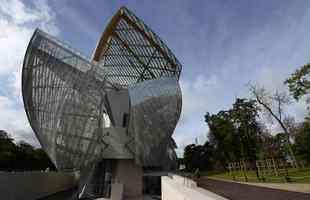 A Fundação Louis Vuitton apresenta sua nova sede em Paris, semelhante a um barco a vela de cristal, desenhada pelo arquiteto Frank Gehry