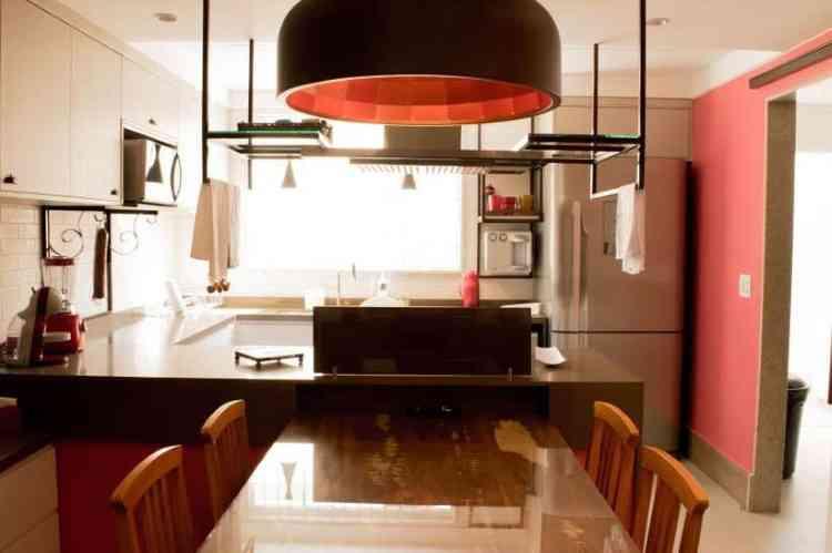 A cozinha apresenta detalhes em cores e elementos que favorecem o espaço e esquentam o ambiente. O projeto é de Beatriz Teixeira - Beatriz Teixeira/Divulgação