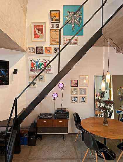 Sob a escada, um radio vitrola anos 50 se destaca pelo design e surpreende ao embalar os eventos tocando discos de vinil - Henrique Queiroga/Divulgação