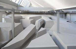 Estúdio holandês projeta escritório sem mesas e cadeiras