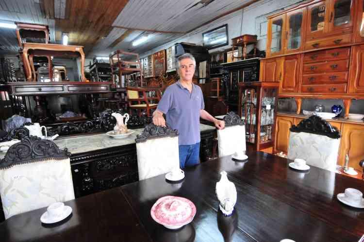 Afonso Costa, dono da Selma Móveis, começou o negócio com o pai, em 1970, e permanece no mesmo endereço  - Gladyston Rodrigues/EM/D.A Press