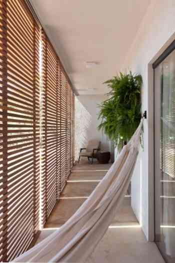 Destaque para as brises de madeira, recurso arquitetônico usado para regular o sol nos espaços  - Daniel Mansur/Divulgação