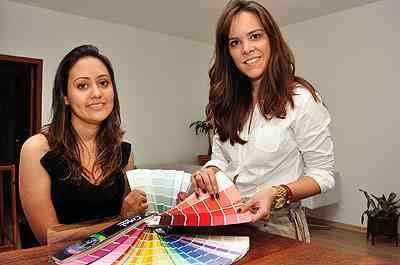 As designers de ambientes Aline Souza e Gabriela Araújo sugerem para os mais ousados a contraposição de combinações como berinjela com amarelo e magenta com verde-bandeira - Eduardo Almeida/RA Studio