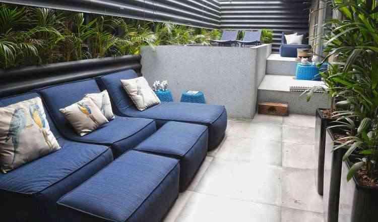 O arquiteto André Alf compôs o espaço com móveis leves e especiais para áreas externas, resistentes à luz e à umidade - William De Paula/Divulgação