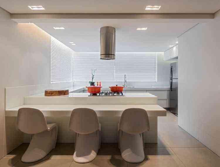 No projeto da arquiteta Estela Netto, o branco ganha ares modernos pela composição das cadeiras assinadas  - Daniel Mansur/Divulgação