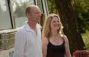 Casal transforma ônibus abandonado em charmosa casa para receber turistas. Na foto, Rob e Layla