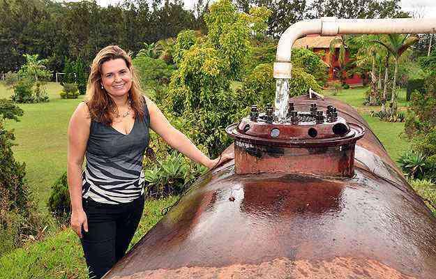A arquiteta Flávia Soares mostra antigo tanque de gasolina que foi transformado em reservatório de água em sítio: