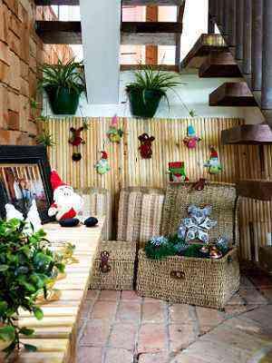 Projeto de Fabiana Visacro aproveita o vão da escada para criar um cantinho de Natal aconchegante  - Henrique Queiroga/Divulgação