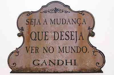 Placas com dizeres dão um toque de modernidade e revelam traços do morador  - Barbara Pontello/Divulgação