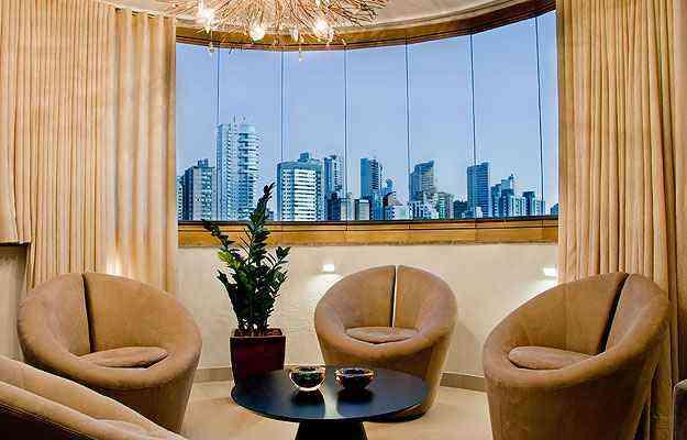 No projeto da arquiteta Ana Livia Werdine, a área foi transformada em sala de conversação, com cortinas de vidro - Henrique Queiroga/Divulgação