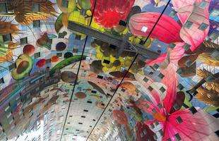 O complexo multiuso conta com um mural colorido de mais de 36 mil metros quadrados