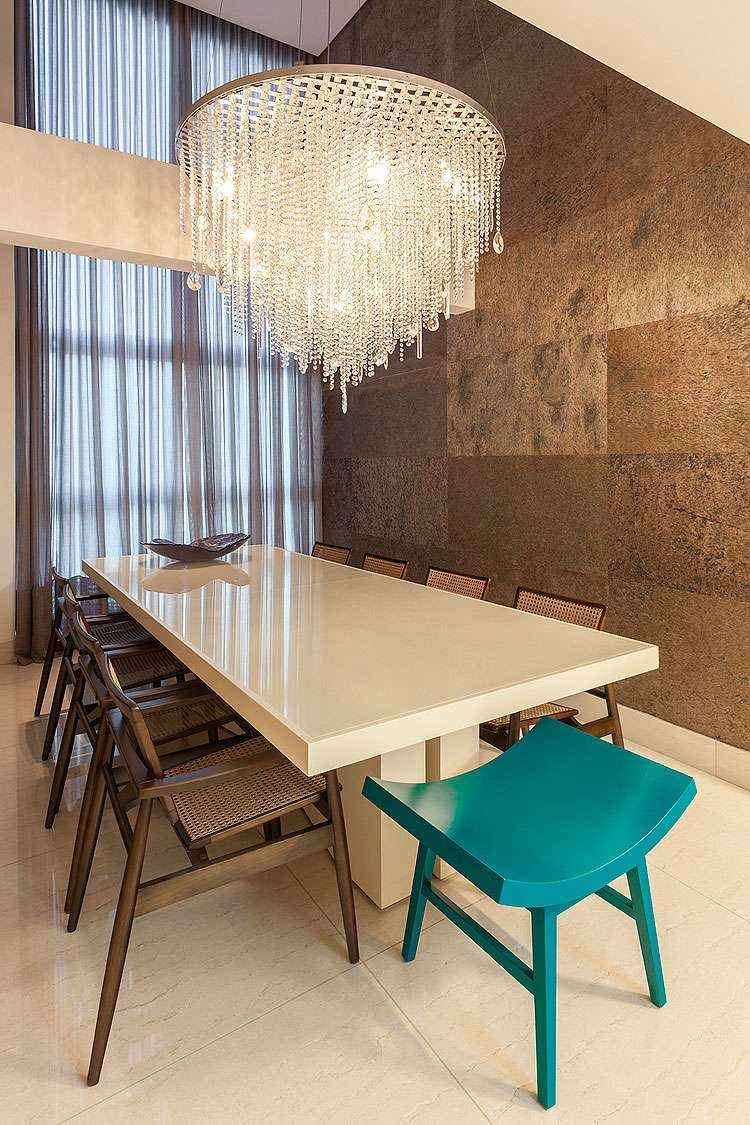 O principal destaque da sala de jantar é o pé direito duplo - Daniel Mansur/Divulgação