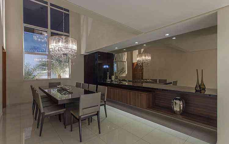 Como os lustres de cristal são sempre muito imponentes, as profissionais recomendam que os demais elementos do décor sejam mantidos mais neutros - Daniel Mansur/Divulgação