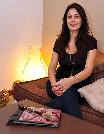 Para a designer de interiores Ana Karina, unir incensos, velas e flores a tapetes e almofadas são maneiras simples e eficazes de criar um espaço zen - Eduardo Almeida/RA Studio