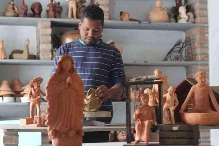 O ceramista Miguel de Souza (foto) divide um ateliê em Betim com os irmãos João Paulo e Carlos Miguel - Henrique Souza/Divulgação