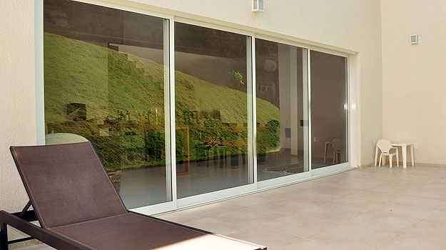 Planejar os acessos dentro do imóvel e o controle da incidência de luz nos ambientes requer atenção e ajuda profissional - Eduardo Almeida/RA Studio