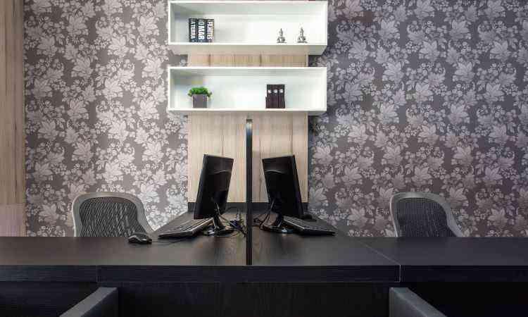 Neste projeto, a designer de interiores Fabiana Visacro usou o cinza e o preto, atemporais, para compor o home office - Osvaldo Castro/Divulgação