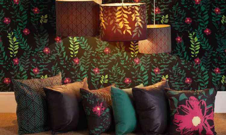 Composição elegante envolve almofadas coloridas em tons mais escuros, papel de parede e luminárias - Leroy Merlin/Divulgação