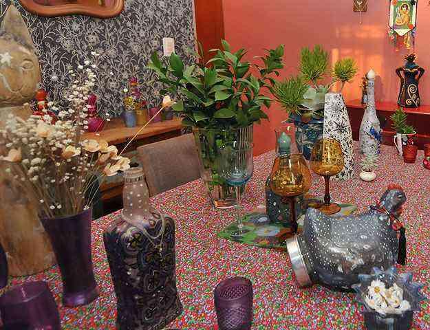 Objetos como garrafas, jarras, copos, luminárias e cachepôs também podem dar um toque de alegria - Ramon Lisboa/EM/D.A Press