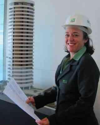 A gestora de obras da EPO Engenharia, Márcia Arruda, diz que nota surpresa quando o cliente chega e vê que vai lidar com mulheres - Luiza Segato/Divulgação