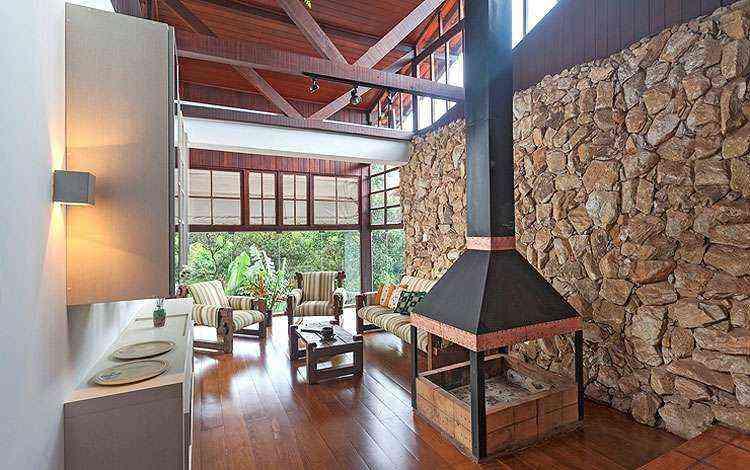 Mesclar madeira com pedra dá aparência rústica - Henrique Queiroga/Divulgação