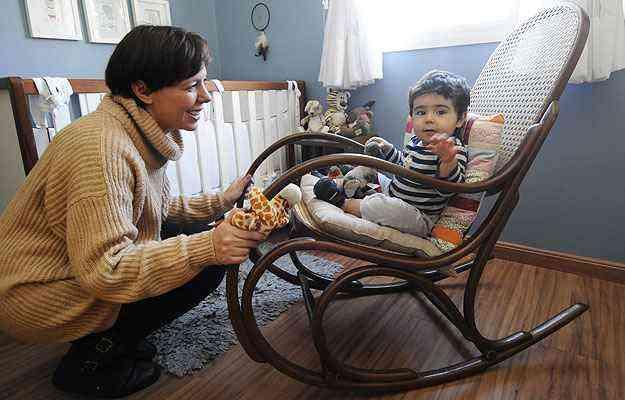 Flávia Siqueira amamentou Pedro na cadeira de palhinha que hoje serve às brincadeiras do menino - Jair Amaral/EM/D.A Press