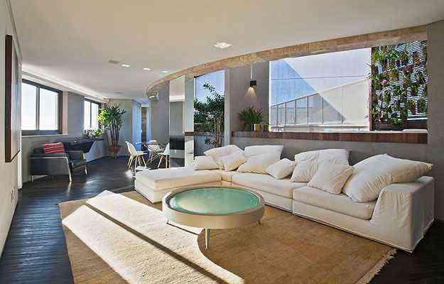 Neste projeto a arquiteta Marina Dubal mostra como a assimetria das formas inusitadas pode criar layouts bonitos e modernos - Henrique Queiroga/Divulgação