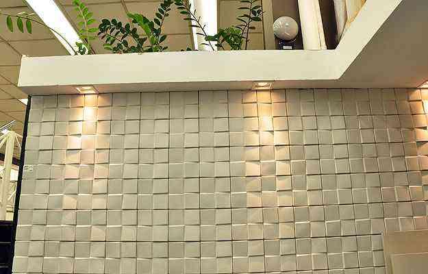 Iluminação ajuda a valorizar o volume da peça e dá mais profundidade à decoração - Eduardo de Almeida/RA studio