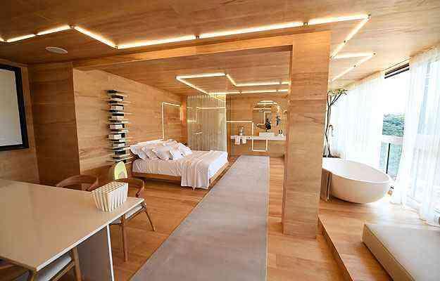 O Quarto de Hotel é uma grande caixa de madeira - Leandro Couri/EM/D.A Press