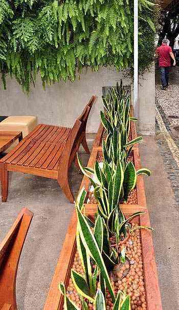 Jardineiras e paredes verdes delimitam espaço sem perder a sensação de conforto e privacidade - Eduardo Almeida/RA Studio