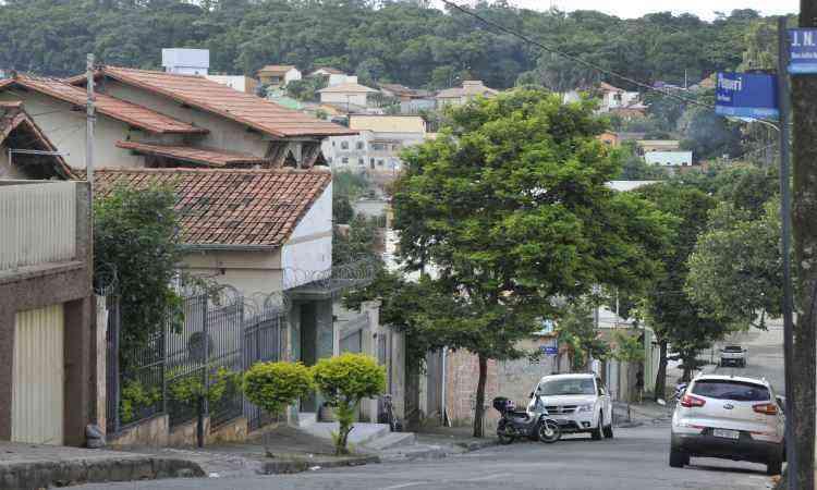 Santa Terezinha tem ruas, como a Pequeri, onde predominam imóveis residenciais. Casas antigas começam a dar lugar a construções mais novas - Juarez Rodrigues/EM/D.A Press