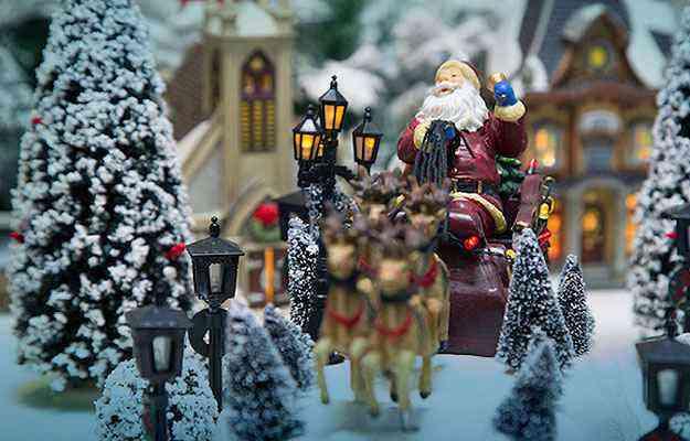 A montagem das Vilas de Natal para decoração de ambientes é um processo criativo, capaz de integrar a família e reforçar o espírito natalino  - Divulgação/Cecília Dale