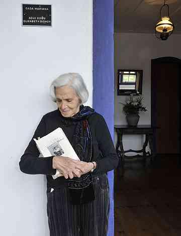 Linda Nemer com livro de Elizabeth Bishop: amiga de todas as horas - Maria Tereza Correia/EM/D.A Press