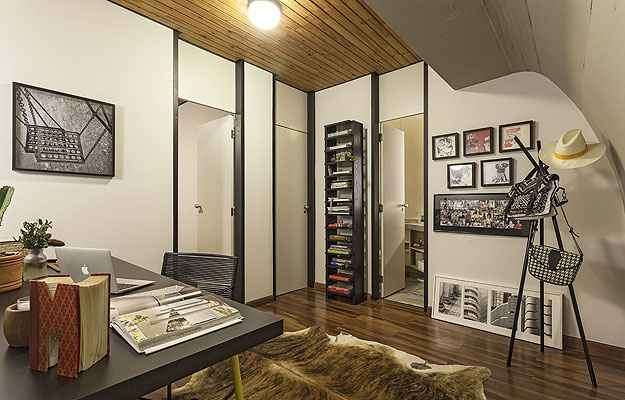 O escritório aproveita a área de passagem cheio de estilo - Henrique Queiroga/Divulgação