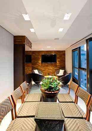Com relação ao mobiliário, Iara Santos indica móveis de madeira ou em fibra sintética ou natural - Daniel Mansur/Divulgação